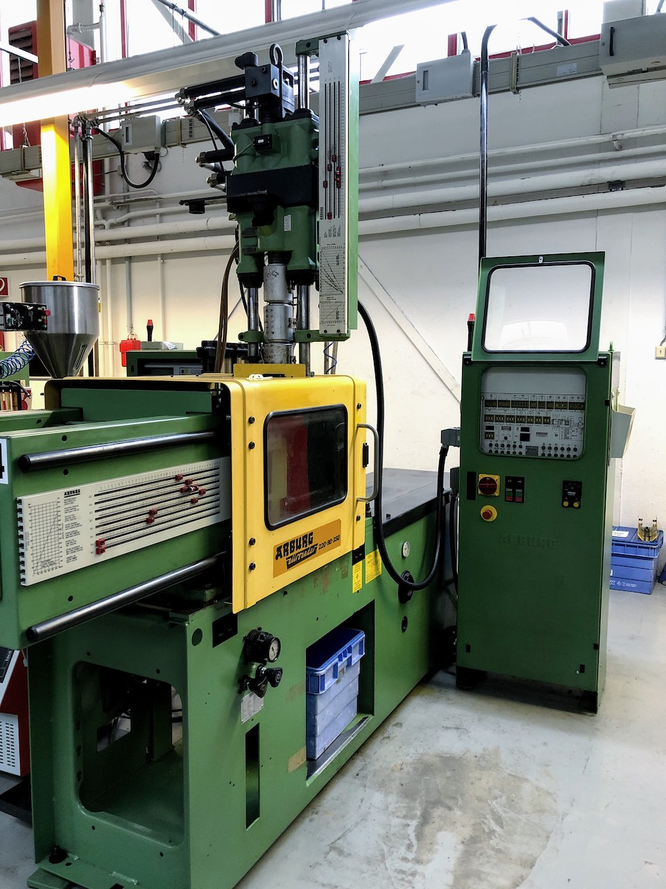 Injection molding machine with vertical injection unit