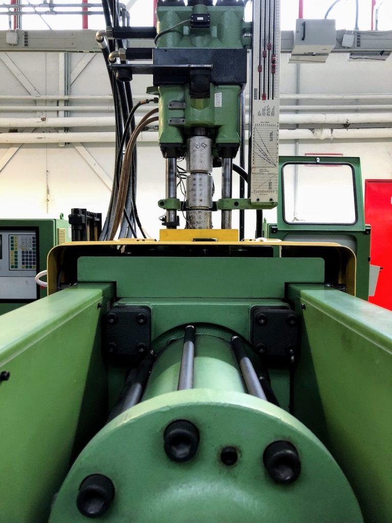 Spritzgussmaschine mit vertikalem Spritzgaggregat